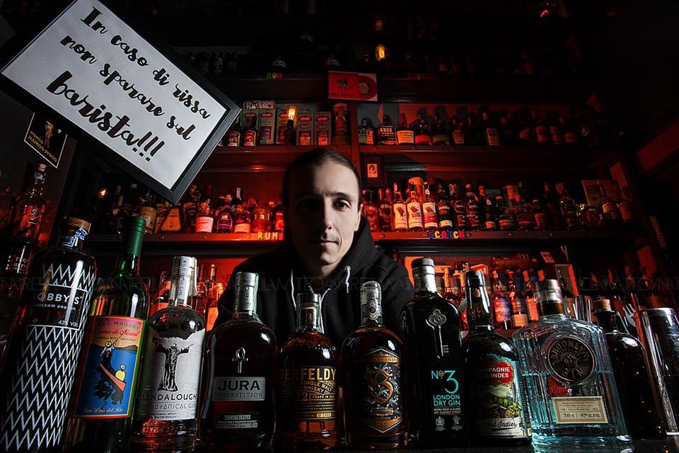 """il docente del corso: Dario D'Avino del boutique bar """"2H"""""""