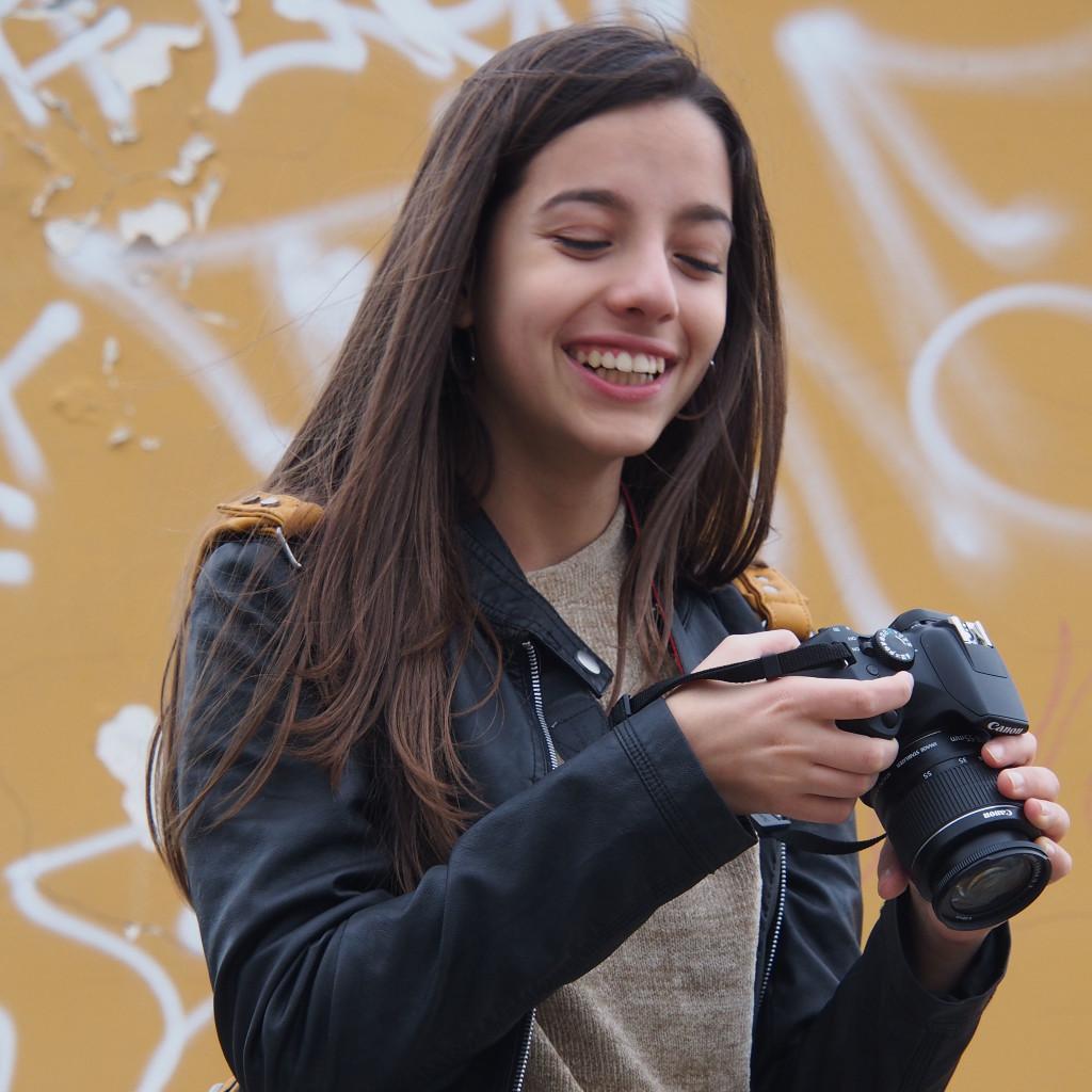 una delle allieve del corso di fotografia per ragazzi