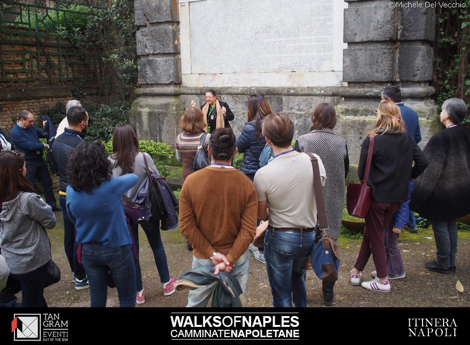 """la dottoressa Francesca Del Vecchio, storico dell'arte, durante una delle """"Walks of Naples"""""""